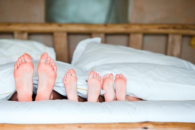 ベッドで家族の足 Premium写真