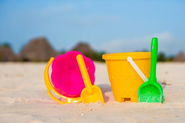 白い砂浜での子供のビーチおもちゃ Premium写真