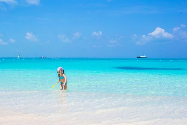 カリブ海の休暇中にビーチでかわいい女の子 Premium写真