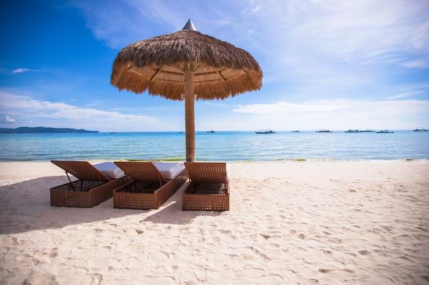 Деревянные шезлонги для отдыха и летнего отдыха на боракае Premium Фотографии