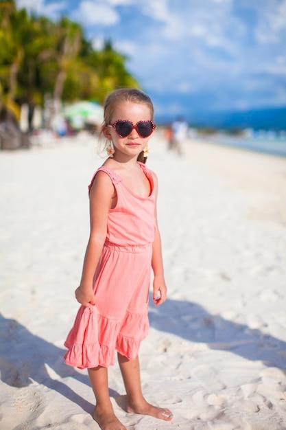Очаровательны маленькая девочка на тропический пляжный отдых на филиппинах Premium Фотографии