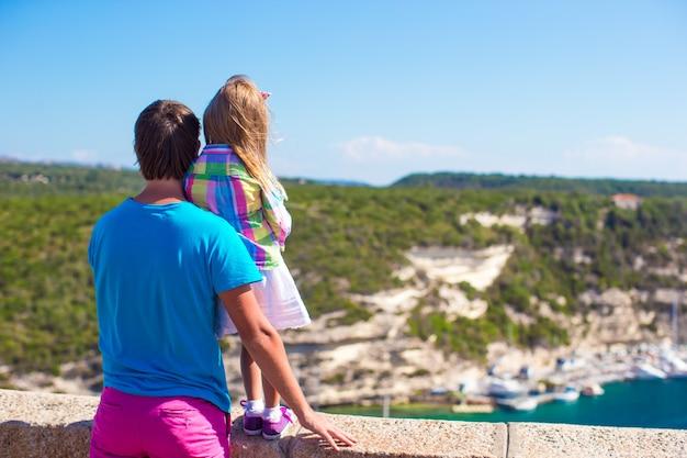 若い父親とヨーロッパの都市の美しい景色を楽しんでいる少女 Premium写真