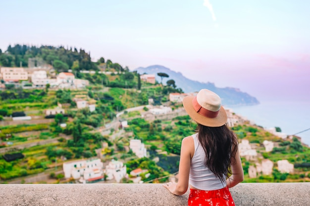 Летний отдых в италии. молодая женщина в деревне позитано, побережье амальфи, италия Premium Фотографии