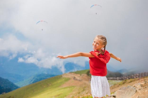 霧の背景の山の美しい幸せな女の子 Premium写真