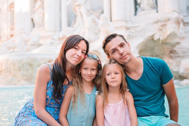 フォンタナディトレヴィ、ローマ、イタリアでの家族の肖像画。 Premium写真