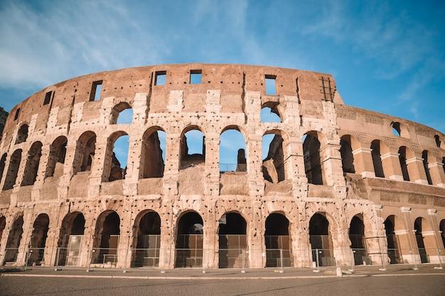 コロシアム青い空、ローマ、イタリア Premium写真