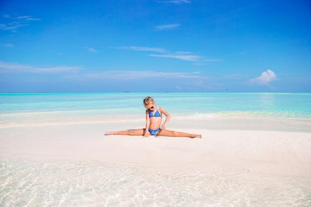 夏休みの間にビーチでのかわいい女の子 Premium写真