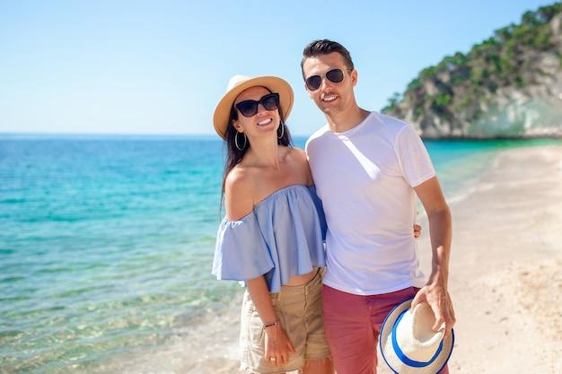 ビーチでサングラスで幸せなカップルの写真 Premium写真