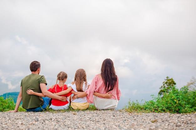 霧のシーンで山の美しい幸せな家族 Premium写真