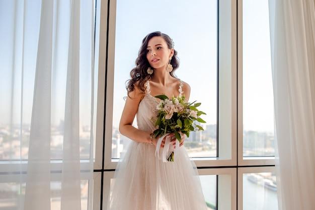 結婚式の日、花束を持つ美しい花嫁の肖像画 Premium写真