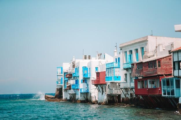 Красивая маленькая венеция на острове миконос на греции, киклады Premium Фотографии