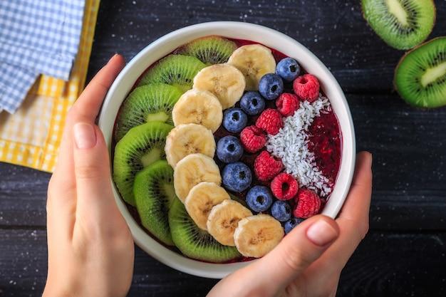 ボウルにおいしいアサイスムージーと健康的な朝食 Premium写真
