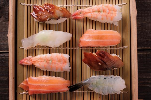 寿司別の盛り合わせ木製トレイテイクアウト上面図 無料写真