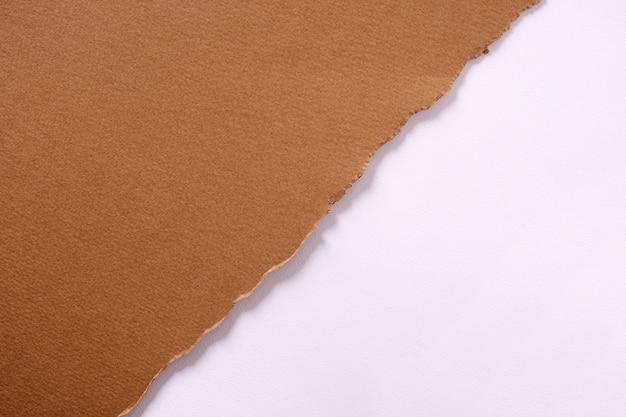 引き裂かれた茶色の紙の斜めのストリップ Premium写真