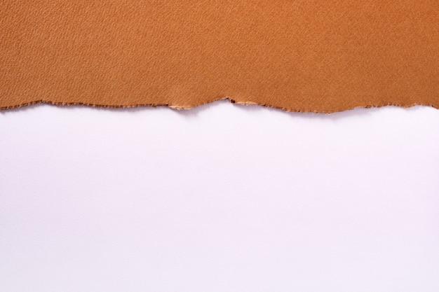 引き裂かれた茶色の紙上端縁白 Premium写真