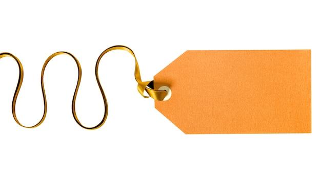 白で隔離巻きリボンと結ばれる金のギフトタグ Premium写真