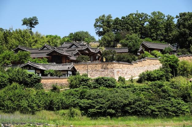 古い伝統的な韓国民俗村の丘の中腹 無料写真