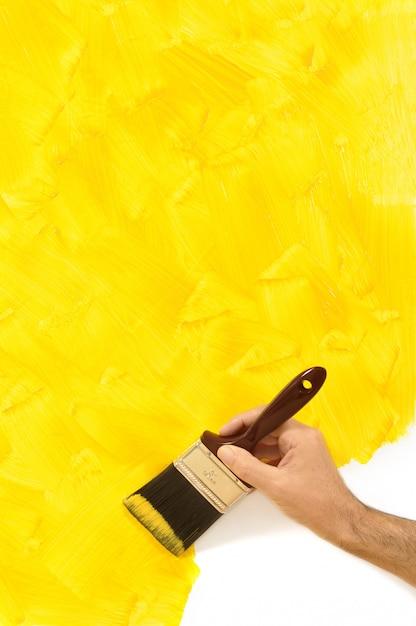 黄色い壁を描く男 無料写真