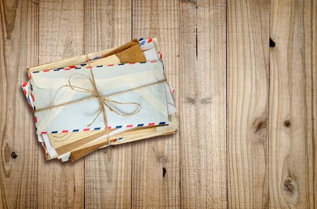 木の上の古い封筒の山 Premium写真
