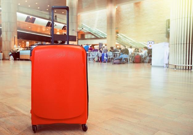 Чемодан в зоне ожидания терминала аэропорта. путешествие багажа в терминале аэропорта. Premium Фотографии