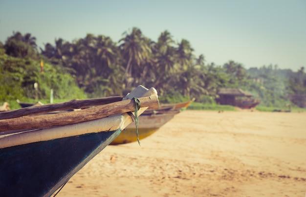 熱帯のビーチで漁船 Premium写真