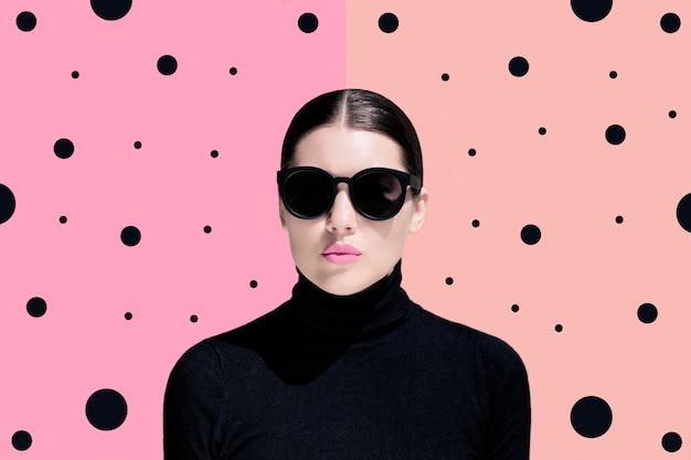 黒いサングラスを持つ若い女性のファッションの肖像画 Premium写真