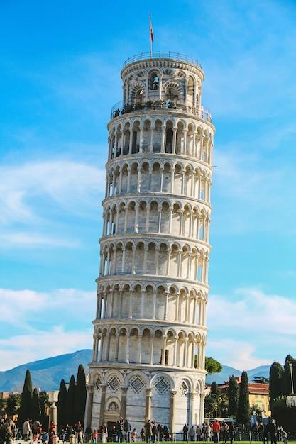 イタリアのピサの斜塔 Premium写真