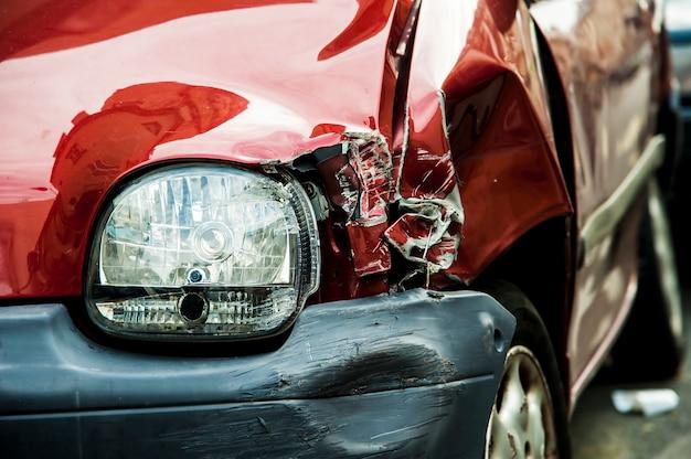 赤い事故車 Premium写真