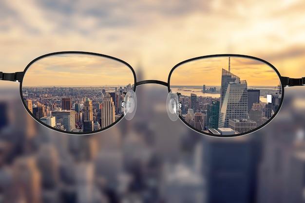 眼鏡レンズに焦点を当てたクリアな街並み Premium写真