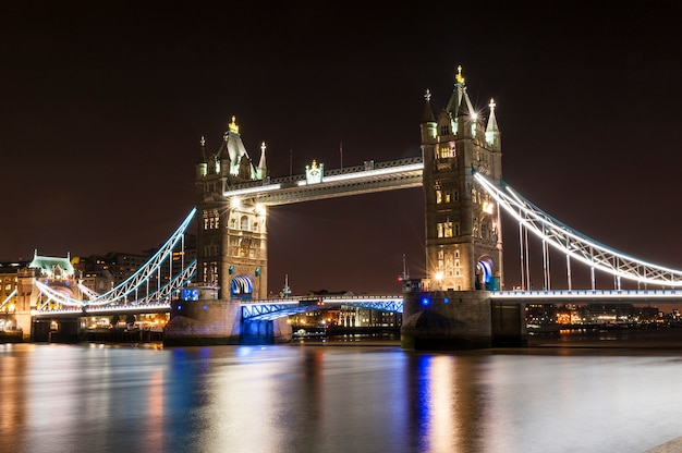 Тауэрский мост в лондоне ночью Premium Фотографии