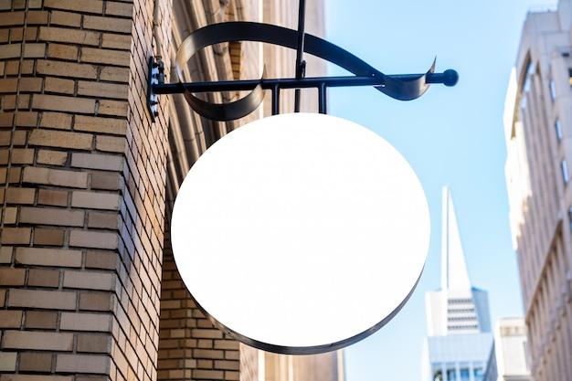Круглый белый знак компании в современном городе Premium Фотографии
