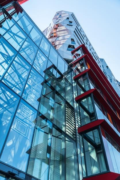 カラフルな高層ビルのクローズアップ Premium写真