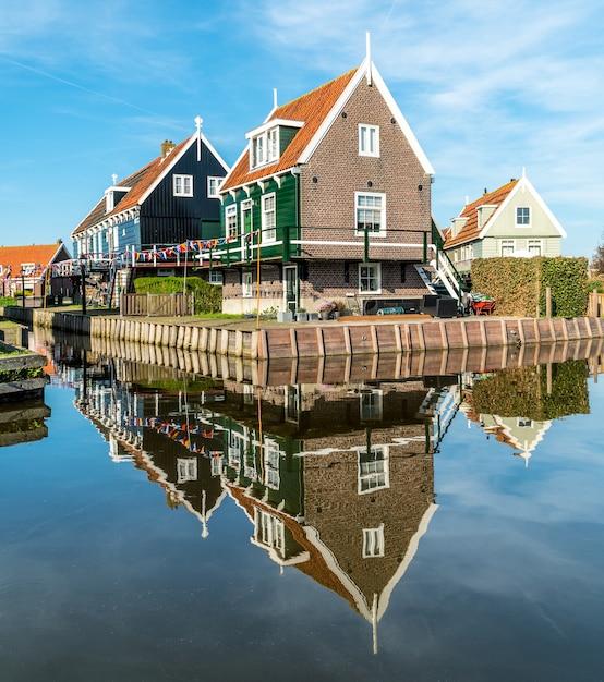 水に映る伝統的なオランダの家 Premium写真