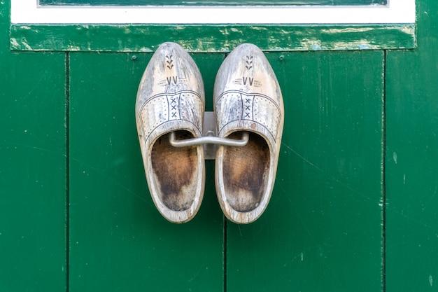 壁にぶら下がっている伝統的なオランダの木製の靴 Premium写真