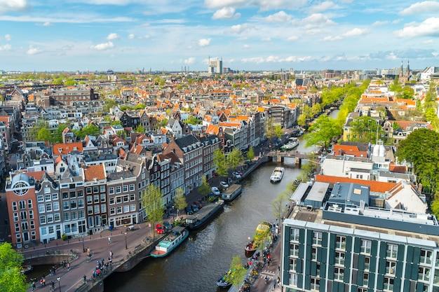 運河とアムステルダムの眺め Premium写真