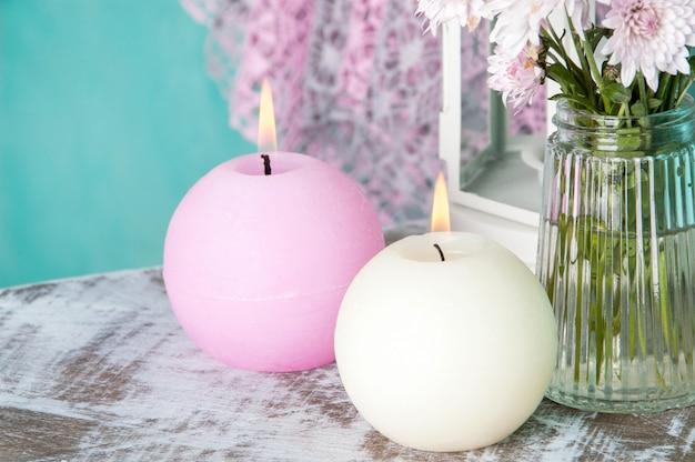 Розово-кремовые ароматические свечи Premium Фотографии