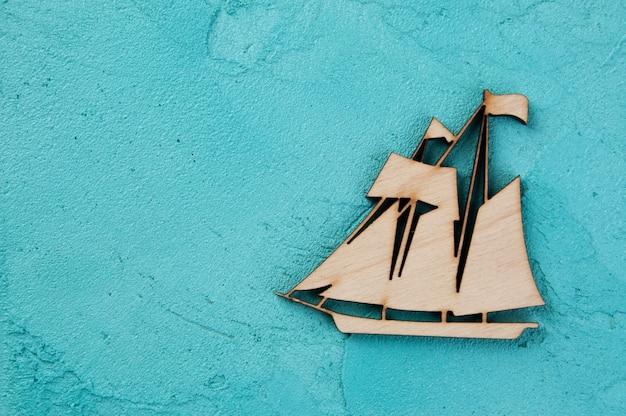 アクアマリンの背景に木製のボート Premium写真