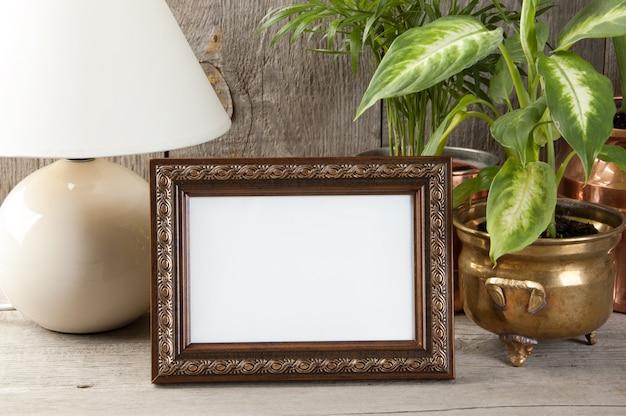 木製の背景の空の茶色の額縁。 Premium写真