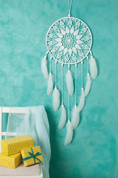 Белая вязаная салфетка для сна на аквамарине Premium Фотографии