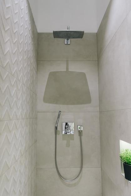 スタイリッシュでモダンなバスルームのインテリア、シャワーの美しいミニマルなデザイン Premium写真