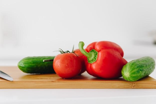 ピーマン、トマト、キュウリ、新鮮で有機のクローズアップ Premium写真
