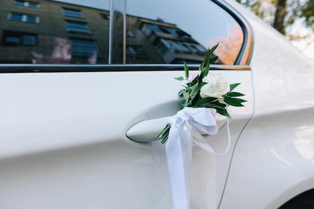 白い結婚式の車のドアのクローズアップ Premium写真