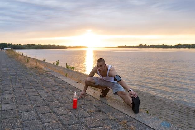 若いフィットネスマン、ランナー、ストレッチ、脚、実行前 Premium写真