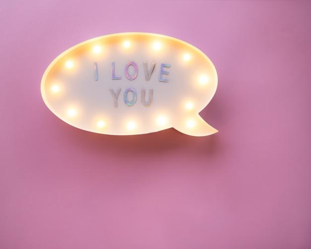 Плоский лежал любовь праздник праздник текст я люблю тебя на лайтбокс на розовый Premium Фотографии
