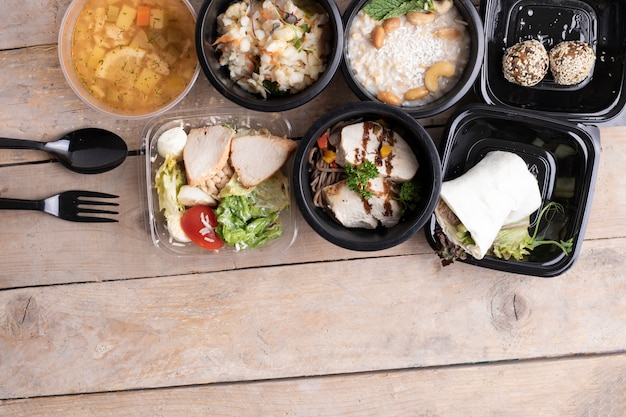 Сбалансированная диета. правильное питание в пищевых контейнерах Premium Фотографии
