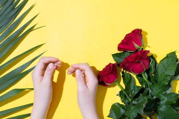 Детские руки и розовые розы папоротника листья, концепция день матери Premium Фотографии