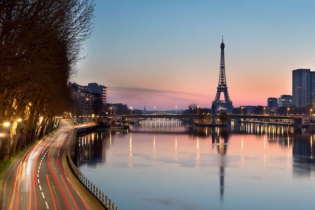 エッフェル塔と日の出、パリ - フランスのセーヌ川 Premium写真