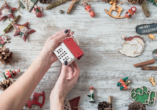 白い木のクリスマスの装飾とトップビューフレーム Premium写真