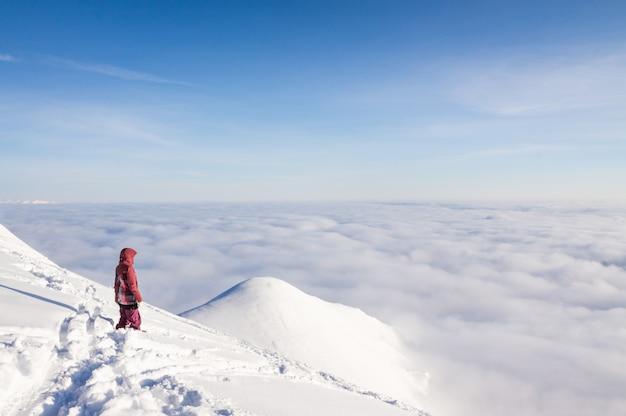 天気の良い日に雪山の上にスキーヤー。冬、ジョージア州グダウリ地域のコーカサス山脈。 Premium写真