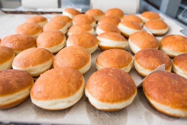 Производство тортов и кондитерских изделий на предприятии. Premium Фотографии